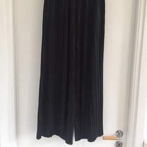 Skitsnygga vida plisserade byxor från H&M. Stretchiga i midjan så passar dig som har upp till strl 38! Byxorna är förkortade för att inte vara för långa för mig som är 158, men är man längre än så kommer de sluta ovanför ankeln vilket ju också är snyggt!