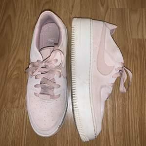 Ett par sneakers från Nike i storlek 39, de är lite små i storleken så skulle säga att de är mer som 38. Bra skick, använda en del men inte så smutsiga, de är beiga men ser lite ljusrosa ut🥰 köpta för 1100kr och säljer nu för 400 + frakt💞 (priset kan diskuteras)😊