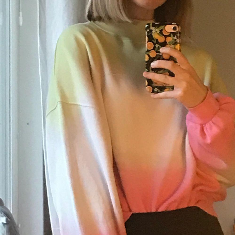 En tröja i vit, grön och rosa. Puffiga ärmar och jätte mjuk. Super fin passform!🥰. Tröjor & Koftor.