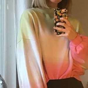 En tröja i vit, grön och rosa. Puffiga ärmar och jätte mjuk. Super fin passform!🥰