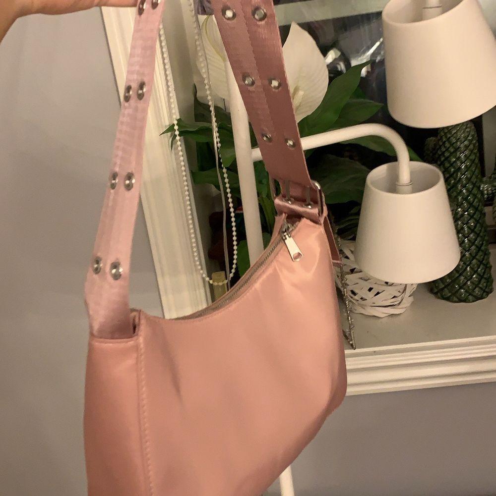 Rosa baguetteväska med coola detaljer! Aldrig använd. 50kr eller högsta bud. Väskor.