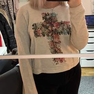 Fin gråbeige tröja från Gina som inte säljs längre och tyvärr inte kommer till någon användning då den bara hänger i garderoben. Liten svart fläck på vänstra armen (sista bilden) men går nog bort i tvätten. Pris + 42kr frakt, hör av er vid frågor 🦋