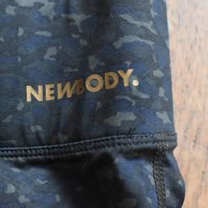 Snygga oanvända newbody träningsbyxor med praktisk ficka. De är tvättade men ej använda, i fint skick. Storlek M. Pris kan diskuteras.
