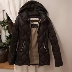 Säljer denna jätte snygga dun jacka. Det är en längre svart dunjacka med guld detaljer. Köpt för 1799kr men säljer den för endast 300kr plus frakt. Storleken är xxs men den passar xxs-xs,s