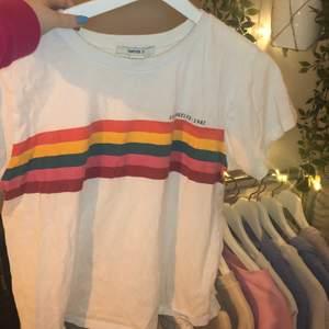 """Jättefin Tshirt från Forever 21. Färglatt tryck på framsidan med text """"Los Angeles 1982"""" Säljer då den ej används. Frakt tillkommer."""