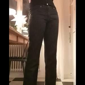 Ett par väldigt fina svarta straight leg jeans med broderi och diamanter på bakfickorna☀använda 2 gånger men köpta second hand