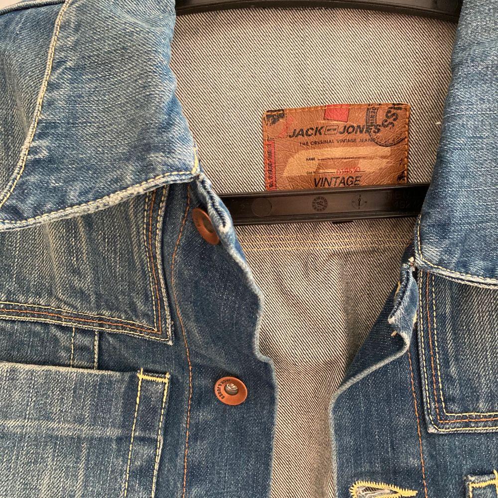 Vintage jeansjacka från Jack&Jones med ett par år på nacken, några naturliga slitningar från användning men ändå i mycket bra skick. Sitter oversize på S-M. Fraktas spårbart . Jackor.