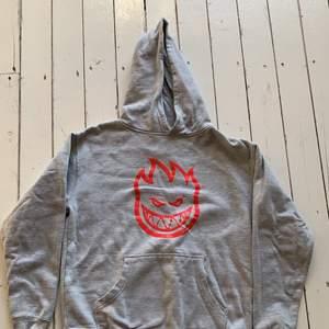 Snygg hoodie av märket spit fire , köpt här på plik men den passade inte så knappt använd av varken mig eller förra ägaren, det står Ingen storlek i hoodien men skulle säg att det är S kanske M . Köpt för 350kr  💜köparen står för frakten💜