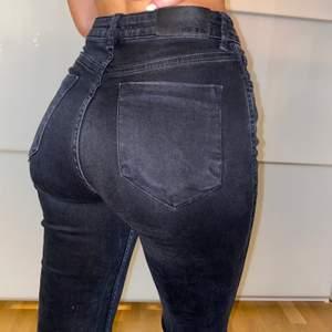 """Säljer dessa supersnygga jeansen från NAKD!! Dom är gråsvarta, dvs. de är i den trendiga """"urtvättade svarta"""" färgen och ripped nedtill och diskreta slitningar på benen (kan skicka närmare bild vid intresse)⚡️ Strl 36, men passar även 34 om man vill att dom ska sitta lite mer loose fit! Säljer för 140kr + frakt🖤🖤"""