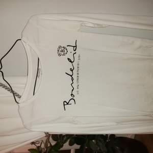 Vit bondelid tröja, knappt använd. Storlek xs säljer för 5å kr plus frakt.