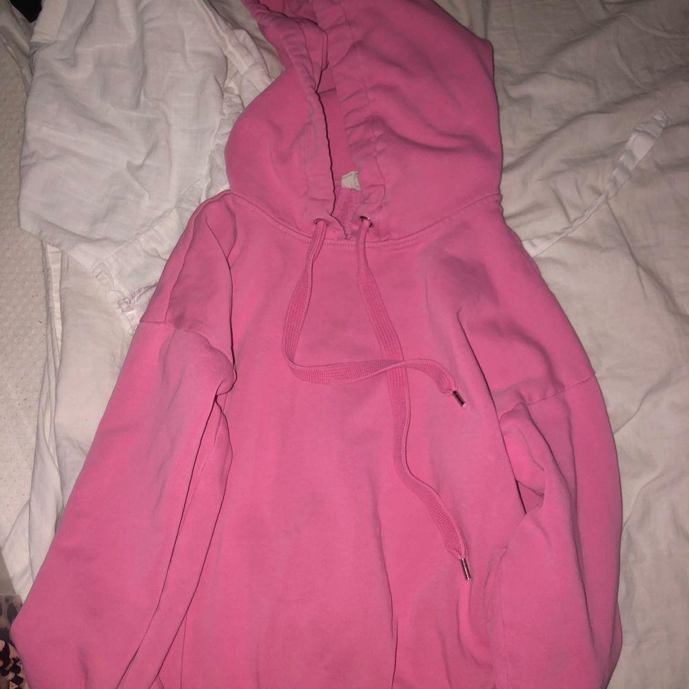 En rosa hoodie från hm💕 Den är i ganska bra skick och har en bra passform😇 Säljer den för 99kr och köparen står för frakten. Huvtröjor & Träningströjor.