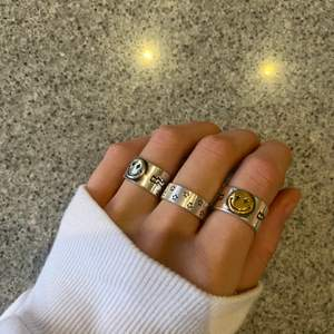 Sista utförsäljningen på dessa sjukt snygga trendiga ringar 💕smiley ringarna 110kr och stjärnringen 130kr(inkl frakt) vill man köpa 2 eller fler är det 100kr/st💕 alla ringar är justerbara i storlek