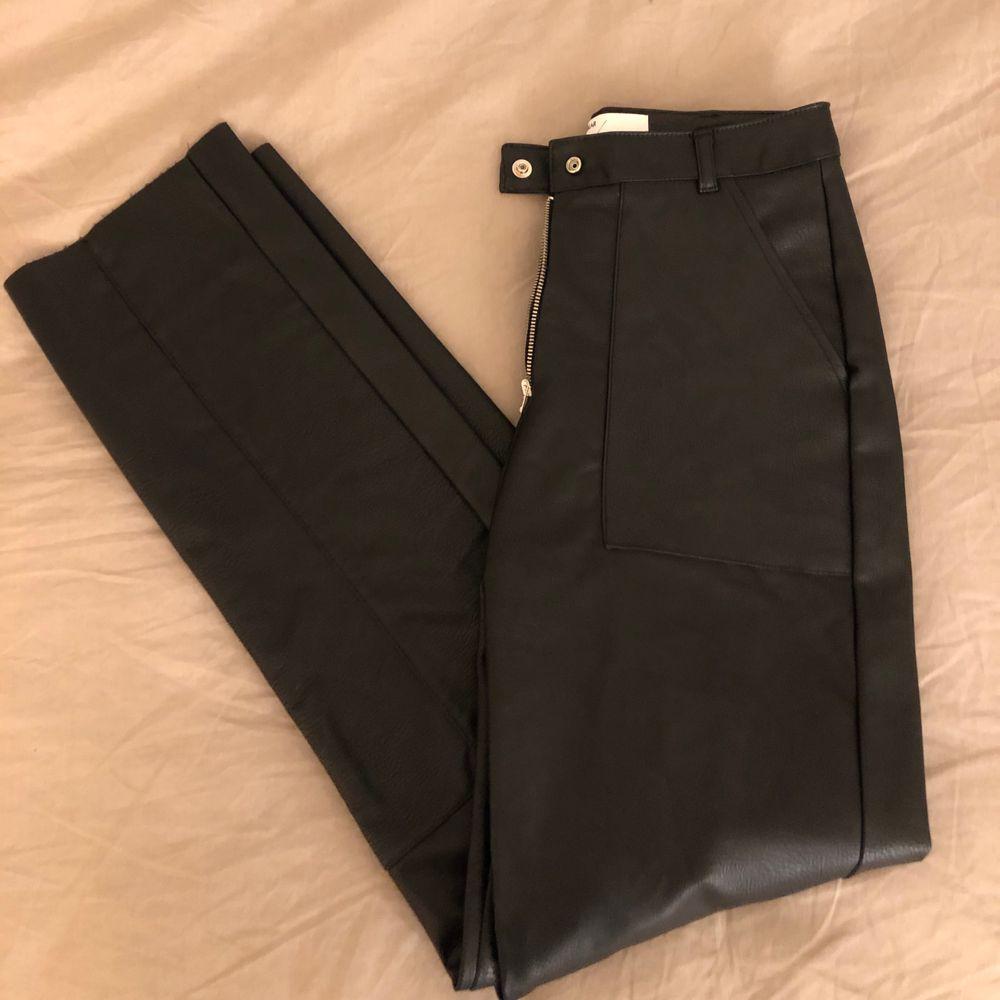 """Ett par """"skinn""""-byxor ifrån pull&bear, använda två gånger. Superfina men kommer tyvärr aldrig till användning✨. Jeans & Byxor."""