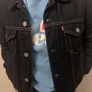 Super din jeans jacka som inte har några hål eller konstigheter
