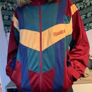 En retro Reebok track jacket som tyvärr inte kommer till användning. Den är i väldigt gott skick och verkligen jätteskön.<3