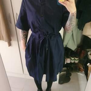 Mörkblå skjortklänning från monki I storlek M. Kommer med ett skärp.