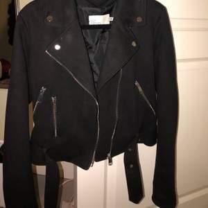 Säljer min fina vår/sommar jacka, har helt enkelt för många jackor. Inköpt för ett år sen, använd 3-4 gånger. Önskas mer bilder så kan jag skicka det.