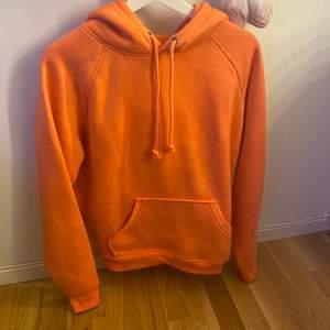 Färgen ser orange ut men är corall färgad. Storlek XS. Aldrig andvänd.