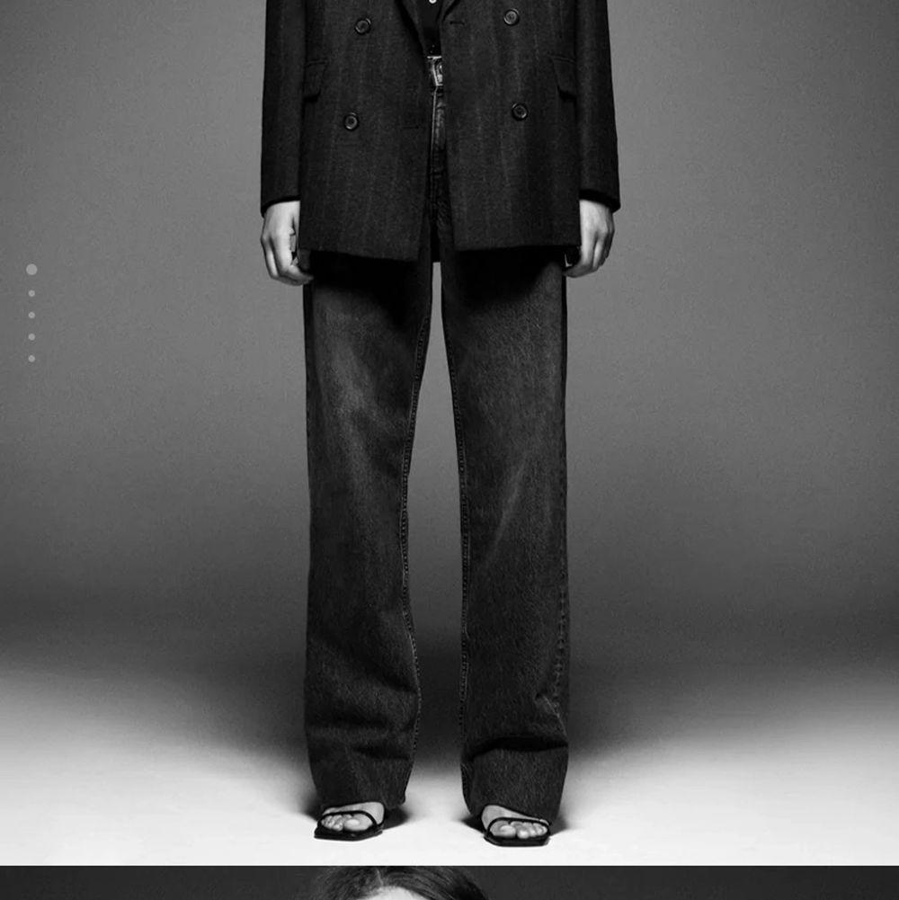 Säljer dessa skitsnygga zara jeansen i strlk 36!!❤️ de är rätt så långa men om man är <-165 så är de bara å klippa, köptes för 400 men säljer för 300💕. Jeans & Byxor.
