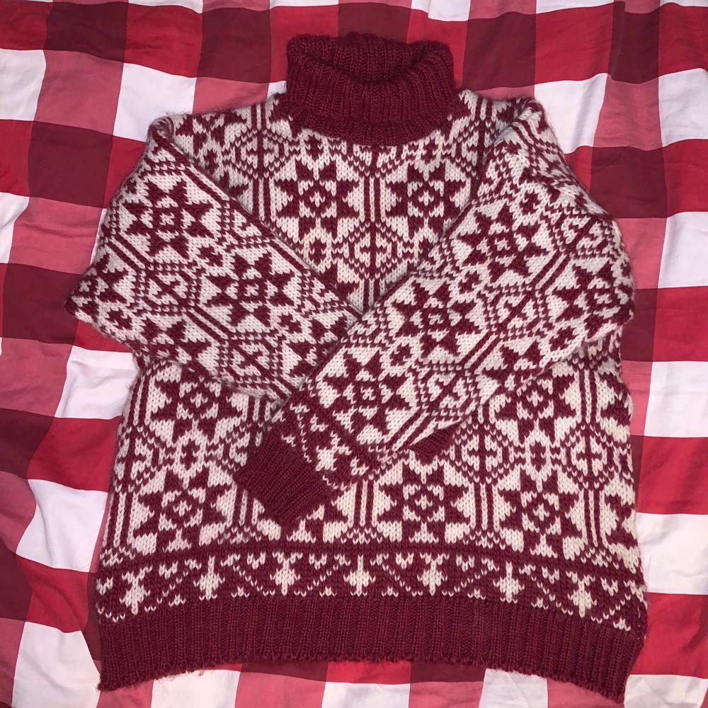 Vintage stickad tröja med turtleneck. Rött och vitt vackert mönster, 100% ull. Stickig❗️en tröja under kan lösa det. Står storlek XL i tröjan, jag bedömer storleken som S-M! ♥️. Stickat.