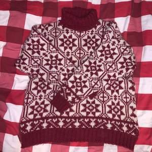 Vintage stickad tröja med turtleneck. Rött och vitt vackert mönster, 100% ull. Stickig❗️en tröja under kan lösa det. Står storlek XL i tröjan, jag bedömer storleken som S-M! ♥️