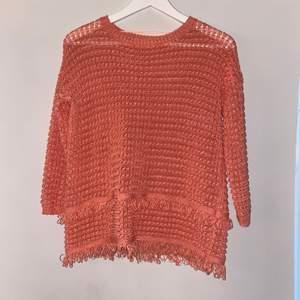 Färg: coral (rosa/orange). Tröjan är i en super skick (oanvänd)