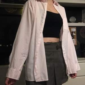 Fin ljusrosa oversized skjorta.