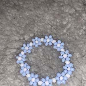 Daisy chain, baby blue 🤍 39kr + frakt. Bandet är strechigt så passar många personer, har inget spänne! Strl på pärlorna är l