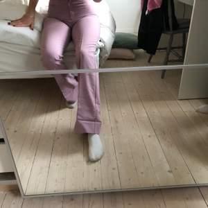 INTRESSEKOLL på dessa superfina kostymbyxor från en vintage buktik i Paris för ca 2 år sedan. Jag är 175cm och de går ner till golvet på mig. Buda i kommentarerna 🌸✌🏻