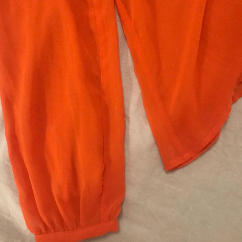 Super fin orange blus 🧡 aldrig använd! Storlek 38 men passar både större och mindre beroende på hur man vill att den ska sitta . Blusar.