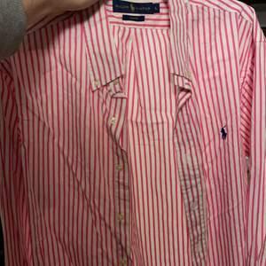 Polo Ralp Lauren skjorta i stl L, slimfit. Knappt använd. Plagget är nyskick och är endast någon månad gammal.