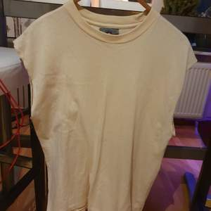 Old fashioned plain trading  American style t.shirt from Chloe.  With guinuin material. Still in good  look. Both for  men and women.Matches with everything.