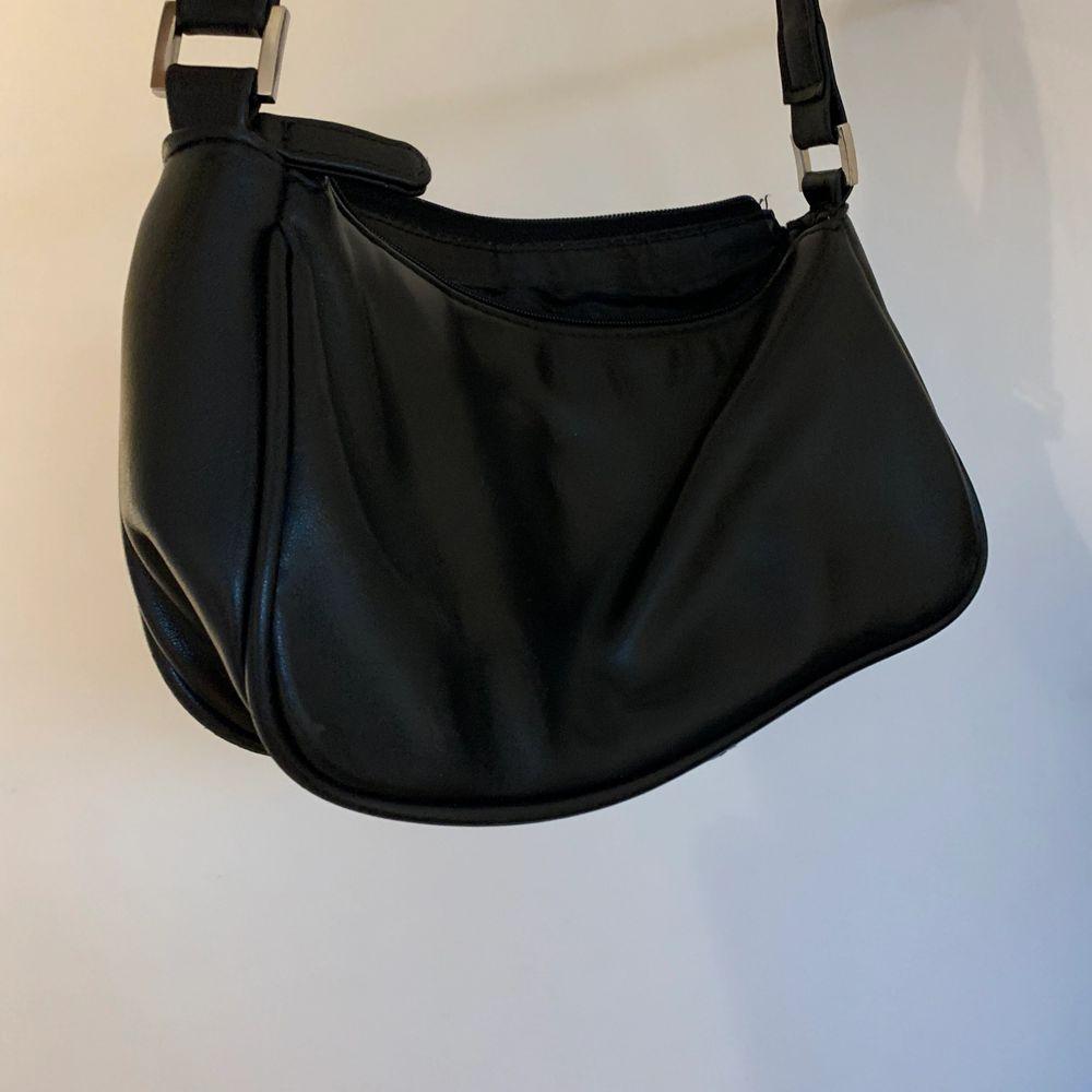 Svart super söt och populär väska . Väskor.