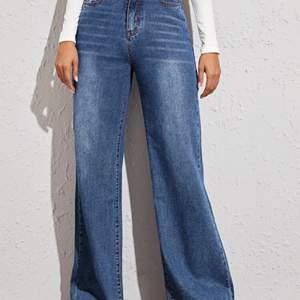 Blåa jättefina och bekväma wideleg jeans. Den har varit använd ett par gånger. Är själv 175 och de når till mina fötter! Köparen står för frakten :)