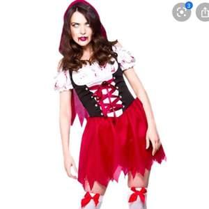 Säljer min halloween kostym som föreställer Rödluvan. Är använd 2 gånger. Medföljer strumporna, luvan och klänning. Är kort baktill för dig som är lång, så rekommenderar inte att böja dig fram i sånna fall. Skulle själv rekommendera kläningen till någon som är kortare än 170 iallafall. Passar både för S och M. Du står för frakten!