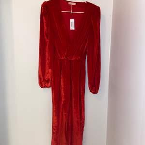 Oanvänd klänning från NLY Eve med lapparna fortfarande kvar. Nypris var 399 kr.