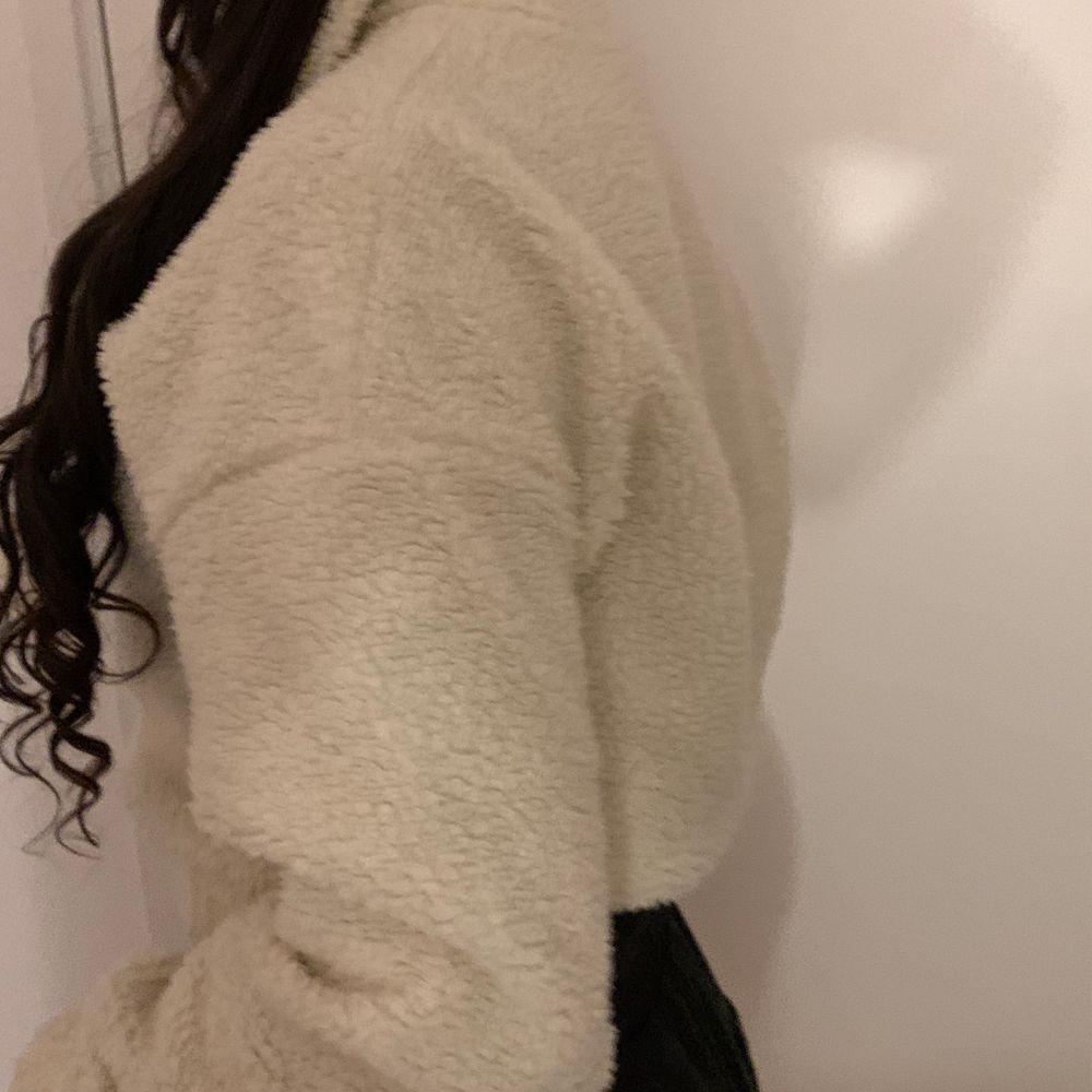 En mysig vit tröja från Gina. Köpt för 300 kr men säljer för 75. Har ingen användning för den längre vilket är anledningen till att jag säljer den. . Tröjor & Koftor.