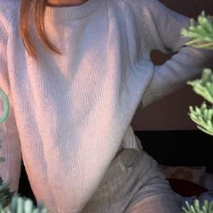 Stickad tröja i storlek S! Sticks ingenting och är varm✨🌟  130kr inklusive frakt #stickadtröja #sweatshirt