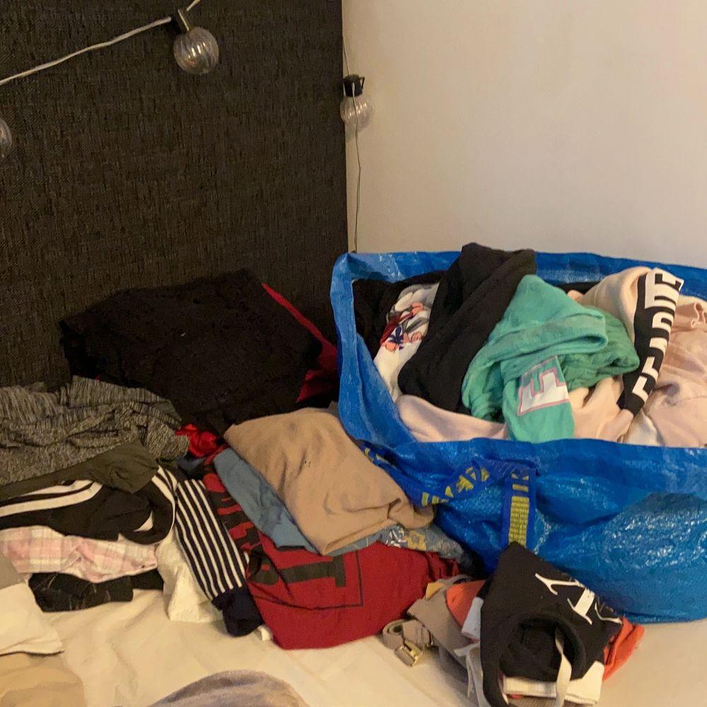 Jag har massor med kläder jag vill bli av med! Skriv om mer info och bilder. Har allt från tröjor till byxor till bh/sport-bh m.m. . Övrigt.