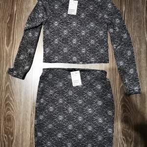 Glittrande långärmad tröja och kjol. Aldrig använt med prislappar kvar. Perfekt till nyår eller jul! Kostade 149 kr styck nya. Säljer då de är lite litet på mig. Nu 100 kr för båda 💕
