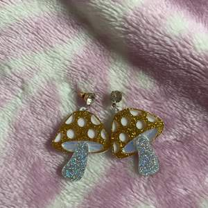 Så fina örhängen! Glittersvampar med en diamant. Älskar dom men kommer tyvärr inte till användning. 60kr inkl frakt💕