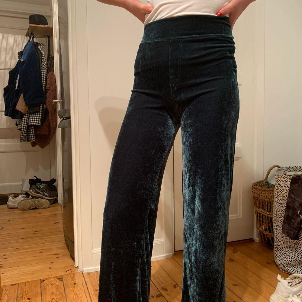 Mörkgröna glittrande sammetsbyxor storlek S. Felfria. Säljs då de ej används. Kan passa lika bra på fest som hemma i soffan.. Jeans & Byxor.