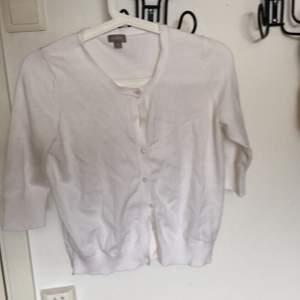 Vit gullig kofta från Lindex som går att använda över en klänning, linne eller bara som den är💓