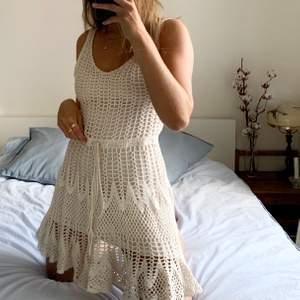 Supersöt virkad klänning från Bikbok med justerbara band i midjan. Stl XS men skulle mer säga att det är en S då den passar mig som är det. Knappt använd och alltså som ny:)