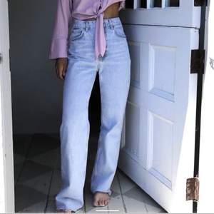 Säljer dessa slutsålda Zara Jeans i strl S. Använd 1 gång. Säljer för att de sitter lite för tajt på mig. Oklippta!