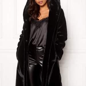 Lång, svart pälsjacka med stor mysig luva från bubbelpool. Köpt förra året, använd några fåtal gånger. Jackan är i storlek 38, men passar även 34-36 för de som vill ha den mer oversize. Passar även någon i storlek 40 då den är lite oversized. Nypris 999:- från bubbelroom. 400 inklusive frakt