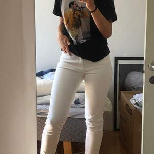 Ett par vita mom jeans från pull & bear. De är highwaisted och har slitningar längst ner. Jag är 174 och byxorna är lite korta på mig.