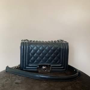 Väska i skinnimitation från Bubbleroom, fint skick. Kan skickas om köpare står för frakt ☺️