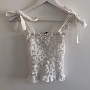 Jättegulligt linne som blivit för litet för mig. Storlek S, skulle säga att de passar XS också. Frakt ingår ej i priset