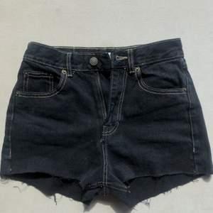 Jättesnygga svarta jeansshorts från pullandbear dom tyvärr blivit för små